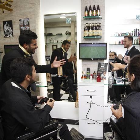 Futebol. No Playstation: o campeão de entretenimento entre eles Foto: Eduardo Naddar / Agência O Globo