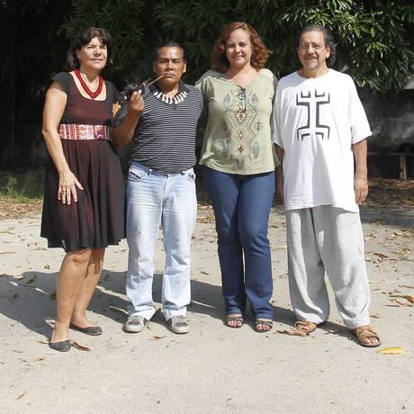 Satisfeitos: professores da UniRio e da UFF celebram acordo com membro da etnia tupi-guarani Foto: Agência O Globo / Pedro Teixeira