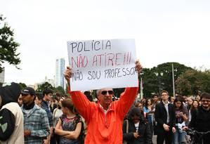 Estudantes e professores voltam a protestar em frente da Assembleia Legislativa, em Curitiba Foto: Terceiro / Agência O Globo