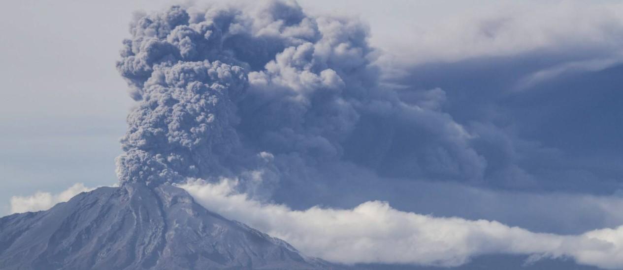 Nuvem de fumaça e cinzas do vulcão Calbuco vista da cidade chilena de Puerto Varas. Nova erupção trouxe riscos de chuva ácida à província de de Llanquihue Foto: David Cortes Serey / AP