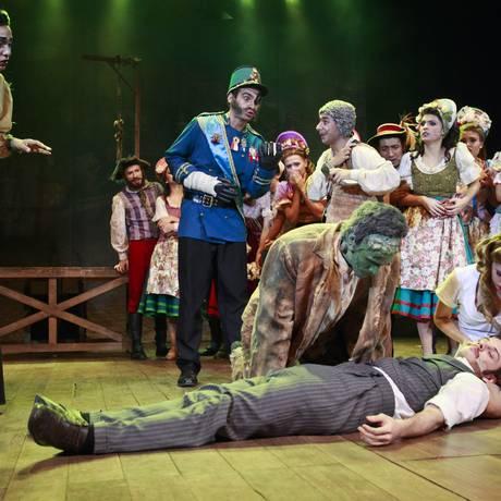 Doutour Frankenstein (Luiz Gofman) é acudido pelo monstro (Gabriel Demartine) e pela assistente Inga (Júlia Nogueira): as três horas de comédia musical passam rápido Foto: Bárbara Lopes / Agência O Globo