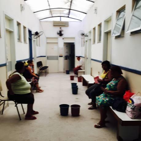 Pacientes dividem espaço com baldes d'água para conter goteiras, na Policlínica Doutor Guilherme Taylor March, no Fonseca Foto: Márcio Menasce