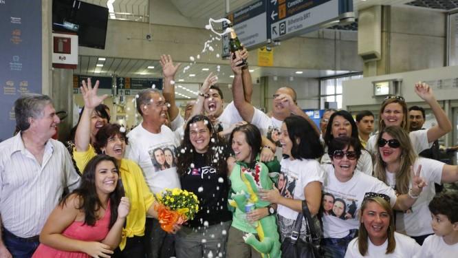 Brasileiros são recebidos com festa no Aeroporto Internacional do Rio de Janeiro. Itamaraty informou que 209 dos 218 brasileiros identificados no Nepal já foram localizados Foto: Domingos Peixoto / Agência O Globo