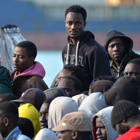 Migrantes no porto italiano de Catânia, na Sicília Foto: ALBERTO PIZZOLI/AFP