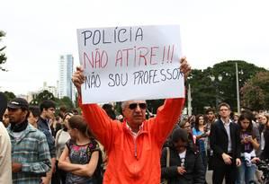 Ato em defesa de professores em greve reúne cerca de 5 mil estudantes na capital paranaense Foto: Agência O Globo
