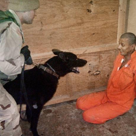 Intimidação. Um soldado americano apavora um preso iraquiano na Prisão de Abu Ghraib, em uma das fotografias divulgadas em 2004: caso levou APA a ajudar CIA com novo embasamento Foto: Reprodução
