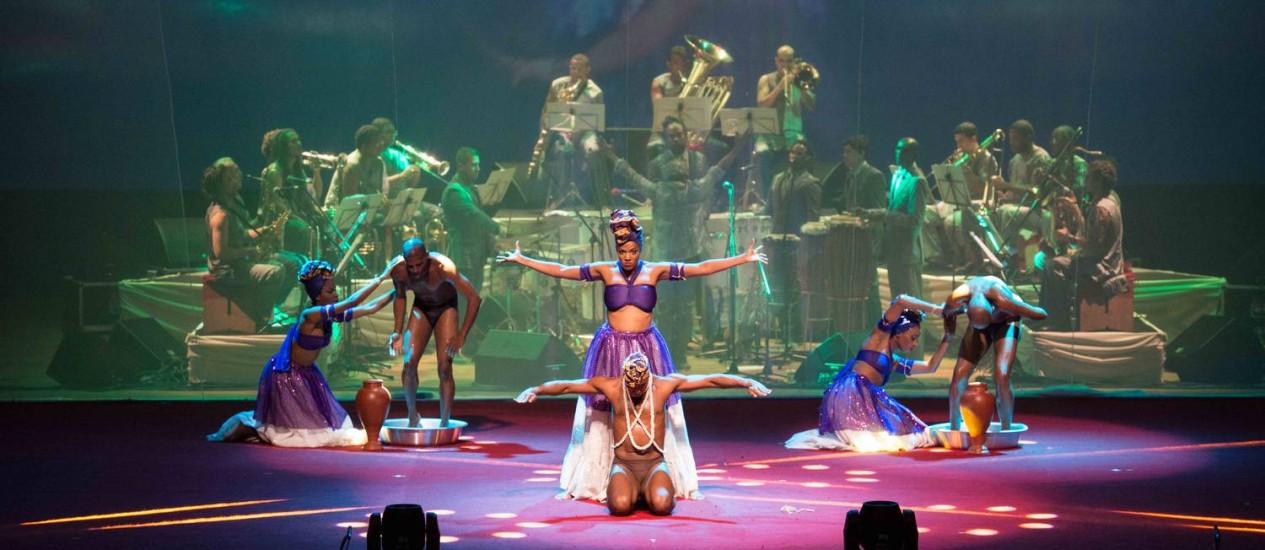 Balé Folclórico da Bahia apresenta um de seus números, acompanhado pela Orkestra Rumpilezz Foto: Marcelo Gandra / Divulgação