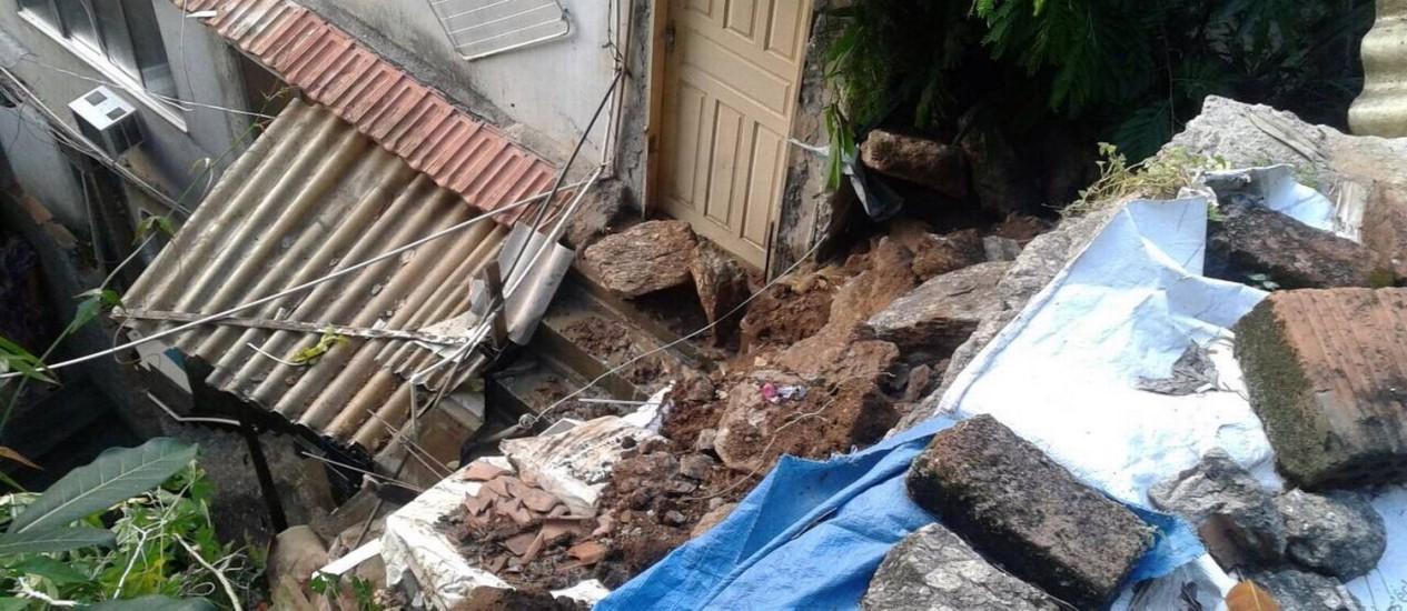 A chuva desta madrugada causou deslizamento de terra na Comunidade dos Tabajaras, em Copacabana Foto: Divulgação/Leitor