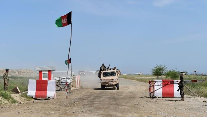 Posto de controle em Kunduz: afegãos e talibãs querem negociar paz Foto: SHAH MARAI / AFP