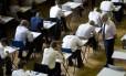 Estudantes prestando um exame A Level em um colégio britânico