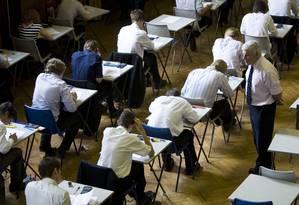 Estudantes prestando um exame A Level em um colégio britânico Foto: CHRIS RATCLIFFE / BLOOMBERG NEWS