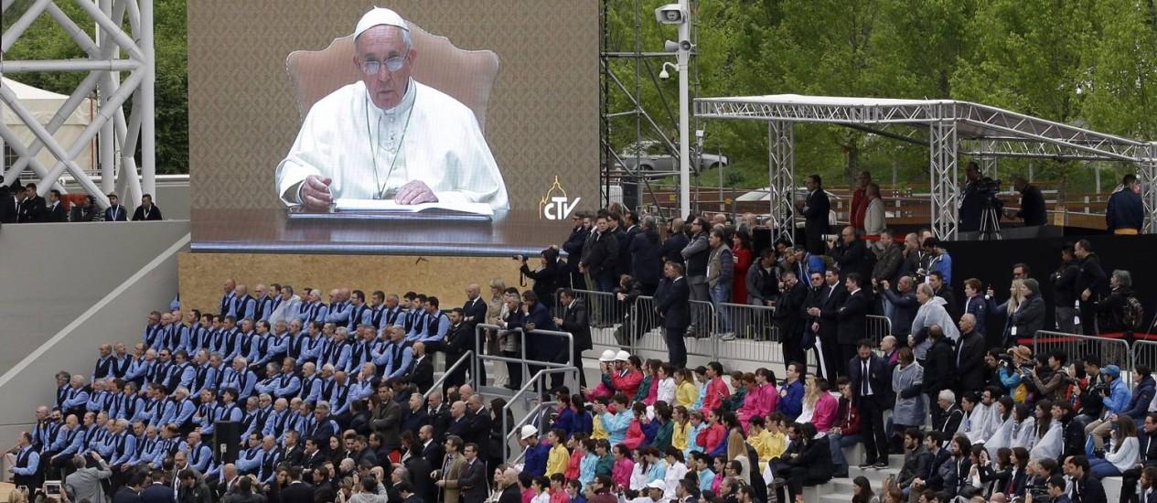 Mensagem do Papa Francisco é transmitida durante cerimônia de abertura da Expo 2015, em Milão, na Itália Foto: Antonio Calanni / AP
