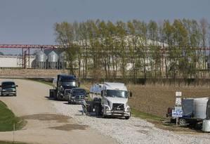 Caminhões sendo desinfetados em fazenda de Iowa, que terá que matar 3,8 milhões de frangos devido à gripe aviária Foto: Zach Boyden-Holmes / AP