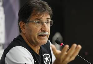 René Simões não revela escalação de seu time e afirma que já sabe como o Vasco irá jogar amanhã Foto: Marcos Tristão