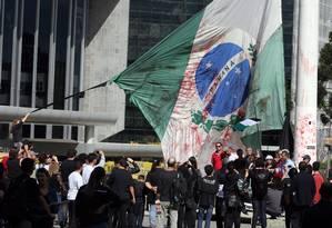 Em Curitiba, manifestantes protestam contra Foto: Orlando Kissner