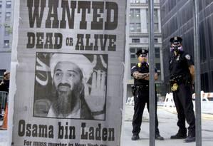 Caçada. Cartaz de Osama bin Laden, em Nova York: procurado vivo ou morto durante dez anos, terrorista saudita foi morto pelos EUA no Paquistão Foto: RUSSELL BOYCE/18/09/2001 / REUTERS