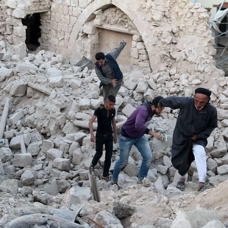 Ataques aéreos tanto dos EUA quanto da Síria têm destruído partes de cidades Foto: MAHMOUD HEBBO / REUTERS