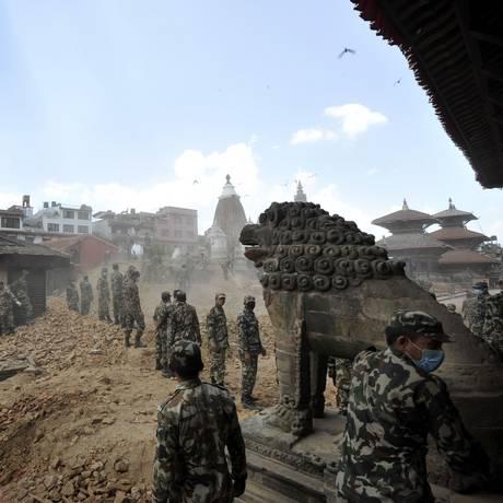 Soldados tentam reorganizar praça de Patan Durbar, em Katmandu Foto: PRAKASH MATHEMA / AFP