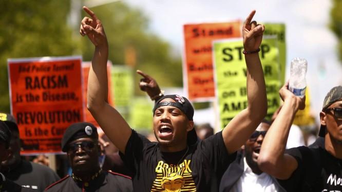Manifestantes marcham por percurso que Freddie Gray percorreu enquanto agonizava Foto: LUCAS JACKSON / REUTERS