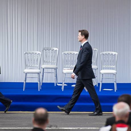 "Sem rumo. O premier conservador David Cameron, o vice-premier liberal-democrata Nick Clegg e o líder trabalhista Ed Miliband: sob o fantasma da ""Brexit"" Foto: LEON NEAL / AFP/25-4-2015"
