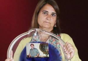 Maria Luisa Martins mostra a foto do irmão, o economista Fernando Soares Martins, assassinado em 1983 por menor de 14 anos Foto: Marcos Alves / O GLOBO