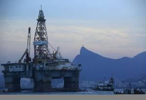 Novo cenário. Plataforma da Petrobras na Baía de Guanabara: queda na cotação do barril de petróleo levou empresas a revisarem para baixo suas projeções. Para analistas, perspectiva é de redução da oferta de óleo nos próximos anos Foto: Dado Galdieri / Bloomberg News/22-4-2015