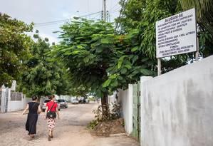 Aluga-se. Moradoras passam em frente à placa com oferta de hospedagem: valor do metro quadrado na região caiu Foto: Marilia Camelo