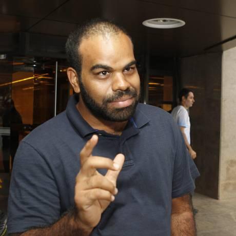 No caixa. Cléber Oliveira reclama que não encontra notas novas no banco Foto: Agência O Globo / Givaldo Barbosa