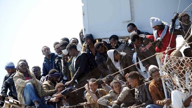 Migrantes esperam para desembarcar, no porto italiano de Salerno Foto: Francesco Pecoraro/AP