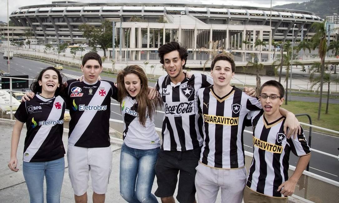 Juntos. Beatriz (à esquerda), Vinícius, Letícia, Ivo , Miguel e Renato: vascaínos e botafoguenses à espera da final Foto: Guito Moreto