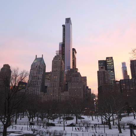 O One57, primeiro de quatro novos arranha-céus que farão sombras sobre o Central Park e local do apartamento mais caro já vendido em Nova York: hoje o edifício residencial mais alto em Manhattan, ele será superado duas vezes nos próximos anos Foto: HIROKO MASUIKE / NYT