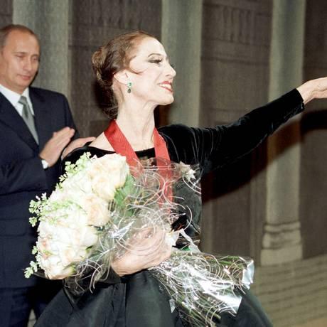 Presidente russo Vladimir Putin aplaude Maya Plisetskaya após espetáculo no Teatro Bolshoi, em Moscou, em 2000. Foto: STRINGER/RUSSIA / REUTERS