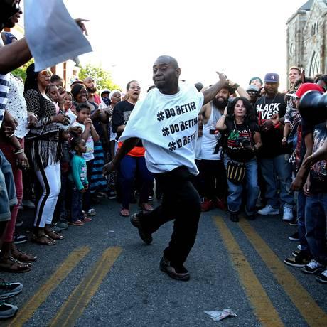 População fez festa pelo indiciamento dos policiais responsáveis pelo caso Gray Foto: Patrick Smith / AFP
