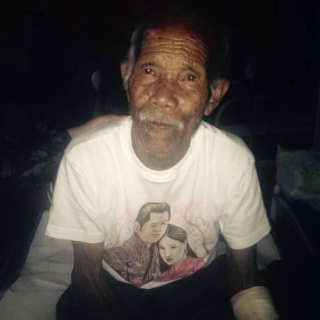 Aos 101 anos, Funchu Tamang sobrevive com leves ferimentos após uma semana soterrado no Nepal Foto: STR / AFP