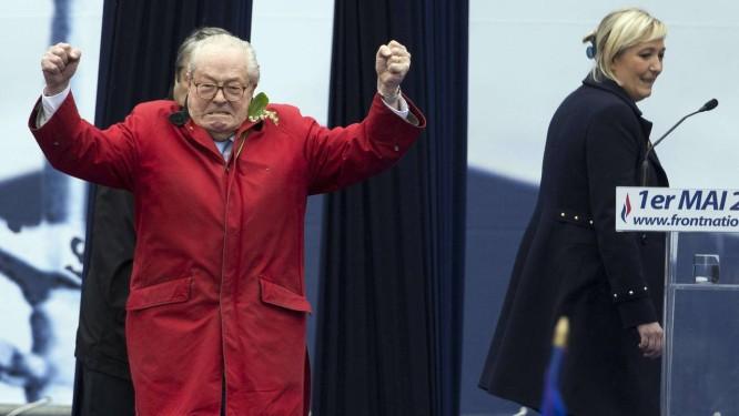 No 1º de maio, Jean-Marie Le Pen surpreendeu partidários sem ser convidado, envergonhando a filha, Marine Foto: KENZO TRIBOUILLARD / AFP