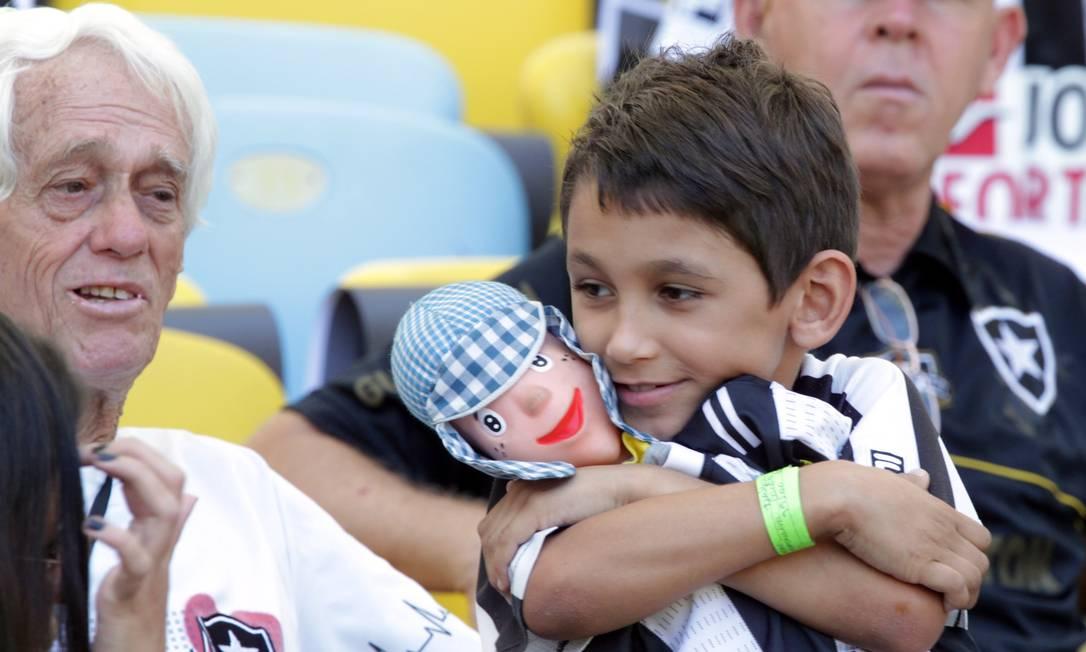 O pequeno torcedor alvinegro levou até um boneco para o Maracanã Cezar Loureiro / Agência O Globo
