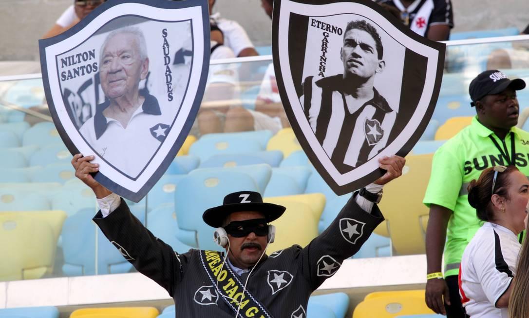 O torcedor alvinegro levou cartazes para homenagear Nilton Santos e Garrincha Cezar Loureiro / Agência O Globo