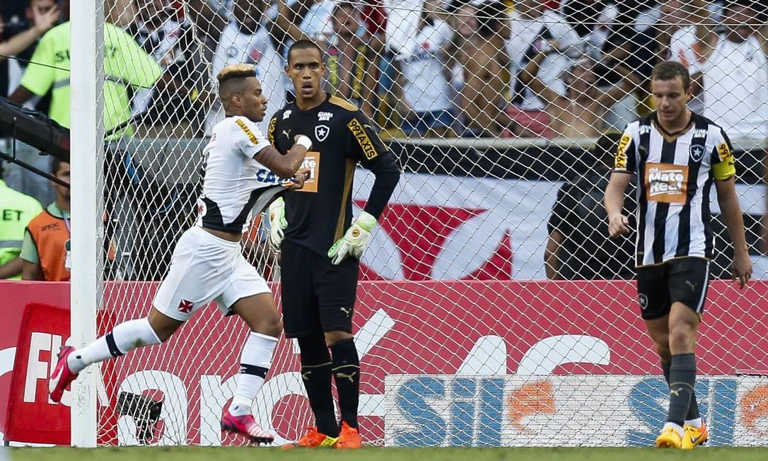 Rafael Silva comemora após abrir o placar no jogo entre Vasco e Botafogo no Maracanã Alexandre Cassiano / Agência O Globo