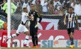 Rafael Silva comemora após abrir o placar no jogo entre Vasco e Botafogo no Maracanã