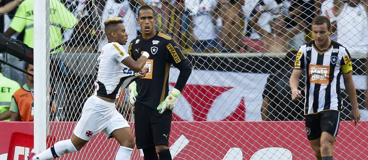 Rafael Silva comemora após abrir o placar no jogo entre Vasco e Botafogo no Maracanã Foto: Alexandre Cassiano / Agência O Globo