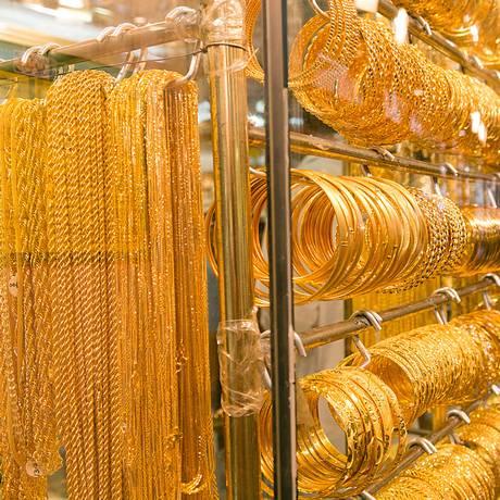 Joias de ouro expostas no Dubai Gold Souk Foto: Duncan Chard / Bloomberg News