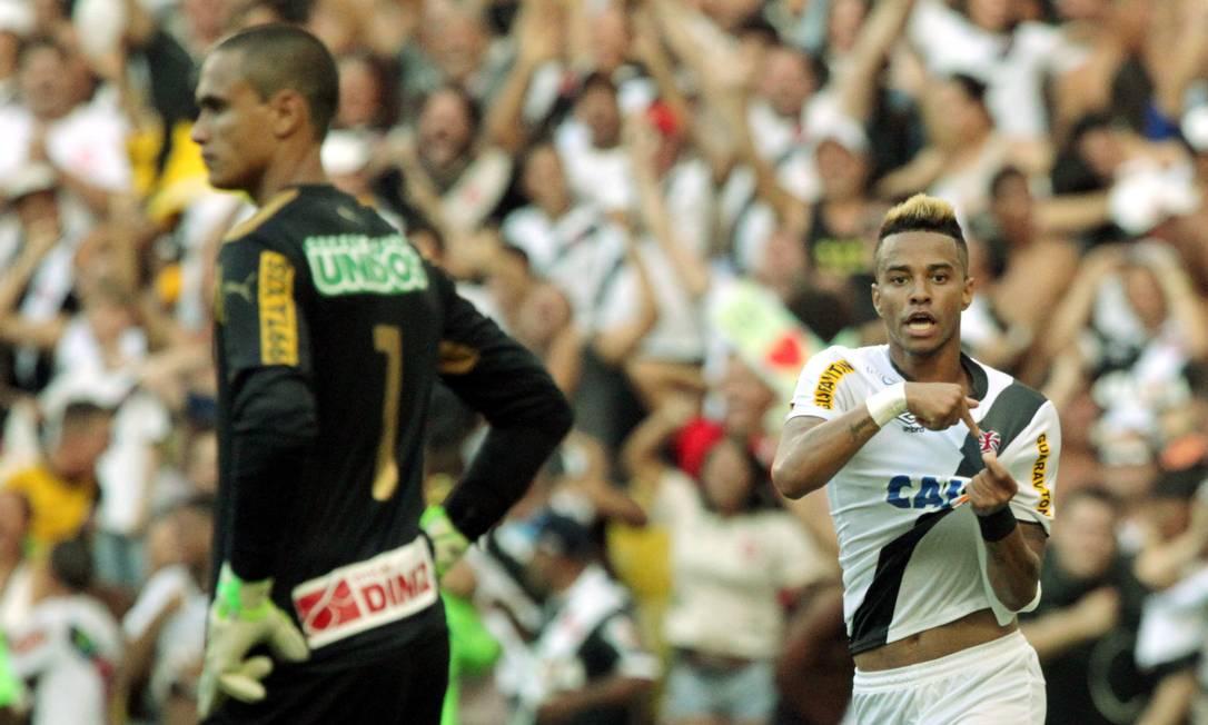 Rafael Silva corre para a galera enquanto Renan lamenta na vitória por 2 a 1 no último jogo Cezar Loureiro / Agência O Globo