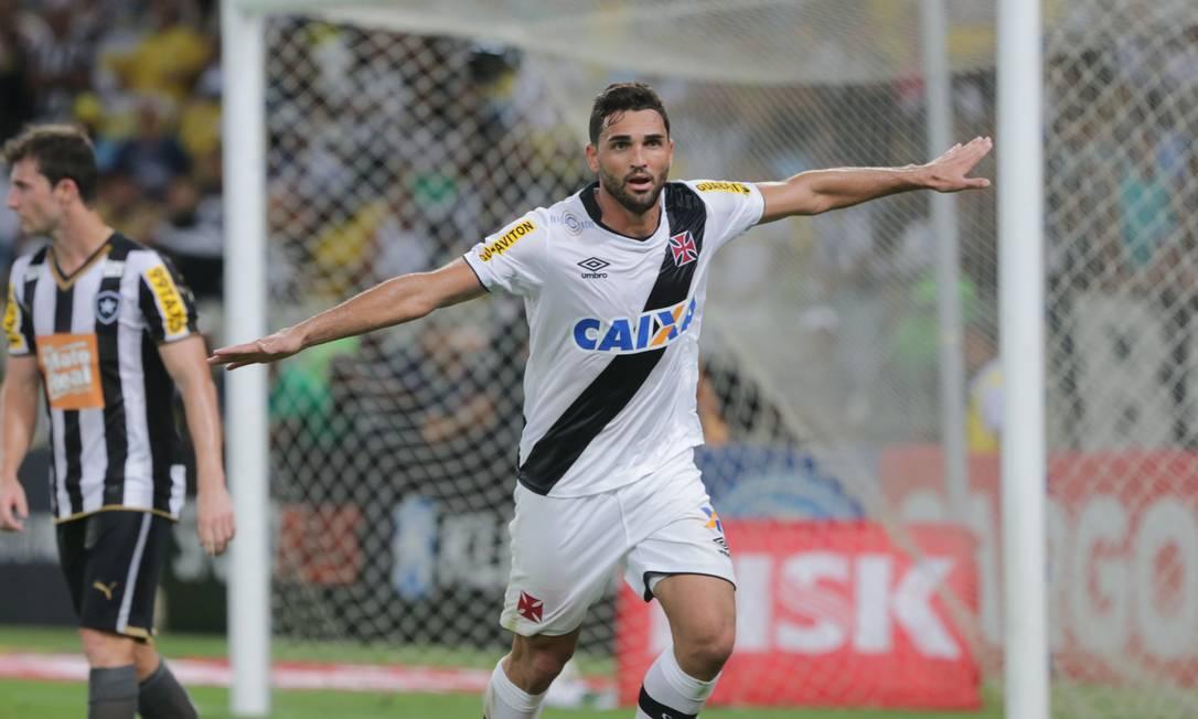 Gilberto vibra após fazer o gol que garantiu o título do Vasco Marcelo Theobald / Agência O Globo