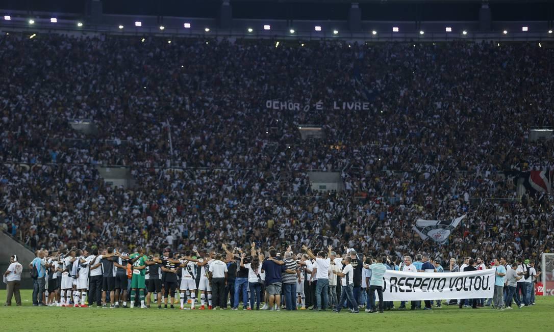 Jogadores do Vasco comemoram no centro do gramado Alexandre Cassiano / Agência O Globo