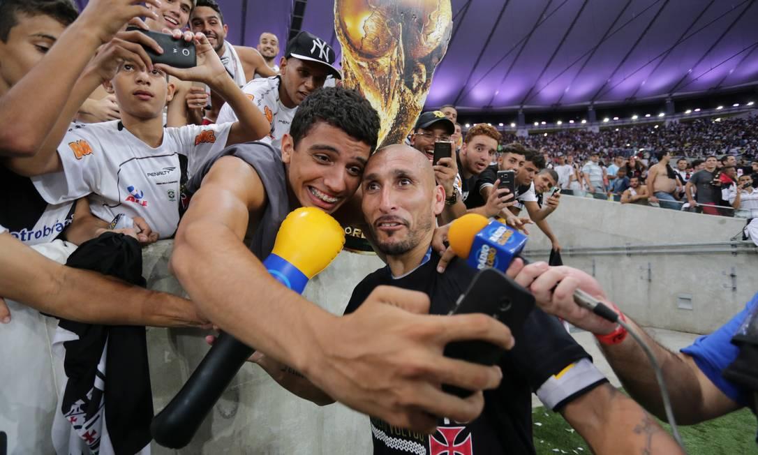 Em meio à festa, Guiñazu achou tempo para fazer selfie com um torcedor Marcelo Theobald / Agência O Globo
