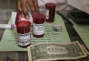Prescrições de maconha medicinal são preenchidas em farmácia de Venice, na Califórnia Foto: AP/ Damian Dovarganes/ 14-05-2013