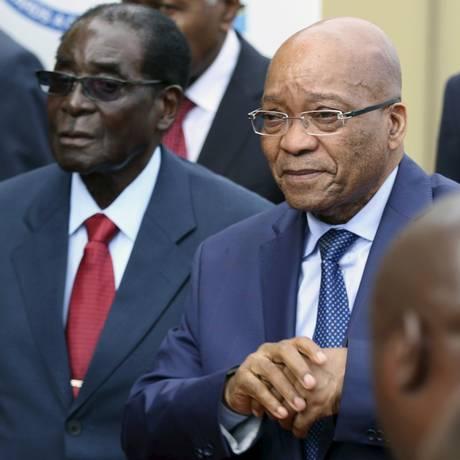 Jacob Zuma e Robert Mugabe em Harare, na última quarta-feira: presidente sul-africano deu aval para operação contra violência, mas também para coibir ilegais Foto: PHILIMON BULAWAYO / REUTERS