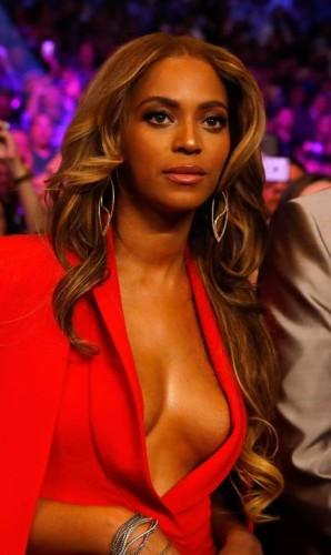O decote está cada vez mais abusado. Beyoncé, por exemplo, elegeu o efeito sexy para assistir à luta entre Mayweather e Pacquiao, em Las Vegas, neste sábado. Por pouco, a estrela não msotrou demais Foto: AL BELLO / AFP
