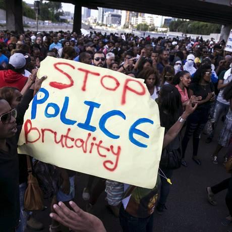 Israelenses de origem eíope no protesto de domingo: mea culpa do governo Foto: BAZ RATNER / REUTERS