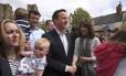 Premier David Cameron e sua mulher Samantha conversam com o público durante ato de campanha na cidade de Bath